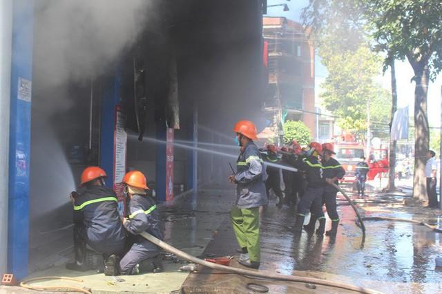 Cháy lớn tại cửa hàng trưng bày xe, PCT tỉnh Tiền Giang trực tiếp chỉ đạo chữa cháy - Ảnh 1.