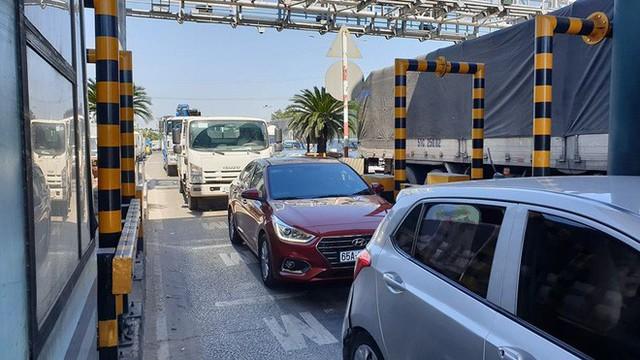 Ùn tắc kéo dài vì tài xế dừng xe phản đối thu phí ở BOT An Sương - An Lạc - Ảnh 1.