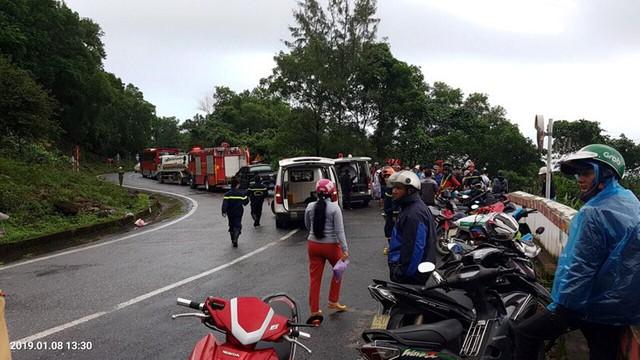 Xe khách rơi trên đèo Hải Vân, 21 sinh viên bị nạn - Ảnh 1.