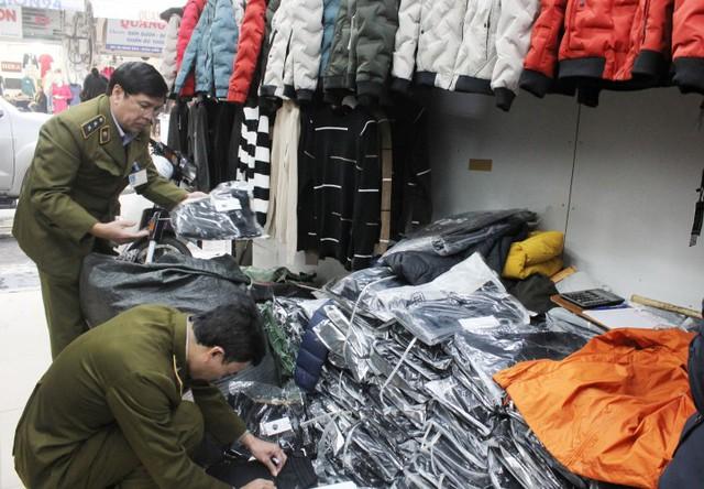 Loạn hàng hóa trước Tết nguyên đán, người dùng thận trọng khi mua sắm - Ảnh 1.