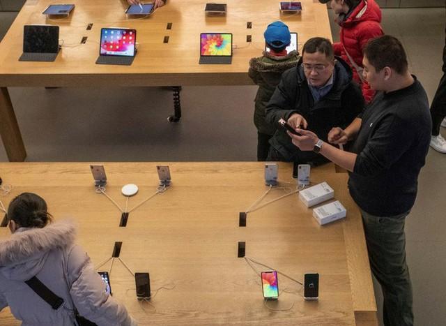 NYTimes: Chính mẹ tôi đã làm Apple không phân phối được iPhone - Ảnh 1.