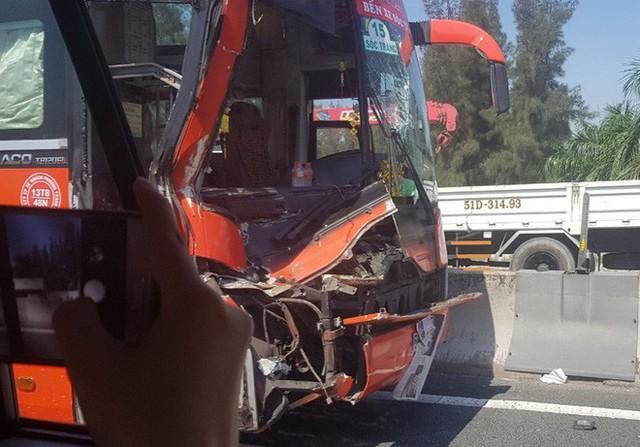 Xe giường nằm Phương Trang tông đuôi xe tải trên cao tốc về TP.HCM - Ảnh 1.