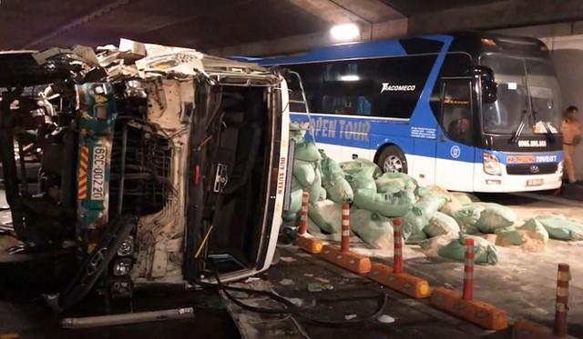 Xe tải tông đuôi xe khách rồi lật ngang, bốc cháy trong hầm Thủ Thiêm - Ảnh 1.
