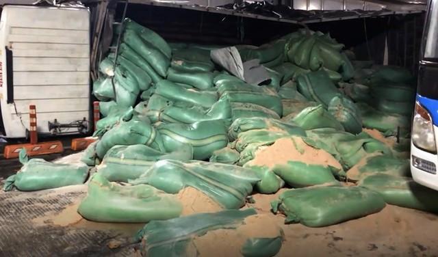 Xe tải tông đuôi xe khách rồi lật ngang, bốc cháy trong hầm Thủ Thiêm - Ảnh 3.