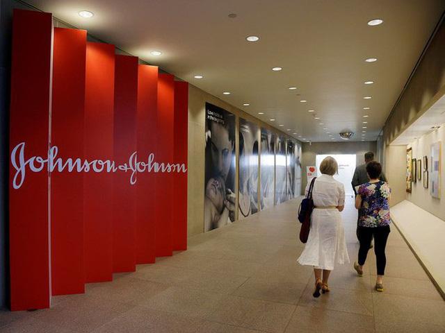 Làm nam giới...tăng tuyến vú, Johnson & Johnson phải bồi thường 8 tỉ USD - Ảnh 1.