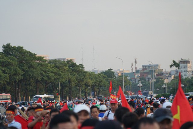 [ẢNH]: Cổ động viên Việt Nam đốt cháy Sân vận động Mỹ Đình trước giờ G - Ảnh 1.