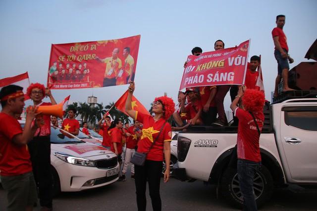 [ẢNH]: Cổ động viên Việt Nam đốt cháy Sân vận động Mỹ Đình trước giờ G - Ảnh 11.