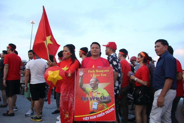 [ẢNH]: Cổ động viên Việt Nam đốt cháy Sân vận động Mỹ Đình trước giờ G - Ảnh 4.