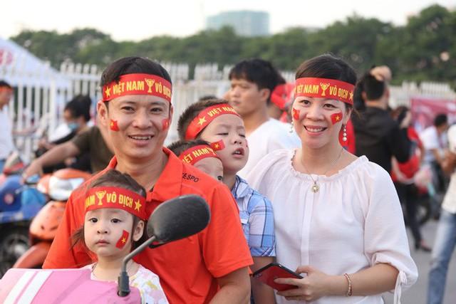 [ẢNH]: Cổ động viên Việt Nam đốt cháy Sân vận động Mỹ Đình trước giờ G - Ảnh 7.