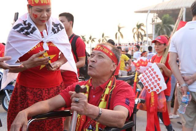 [ẢNH]: Cổ động viên Việt Nam đốt cháy Sân vận động Mỹ Đình trước giờ G - Ảnh 8.