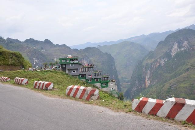 Bất ngờ phủ xanh công trình Panorama ở Mã Pí Lèng sau đề xuất phá bỏ phần vi phạm  - Ảnh 1.