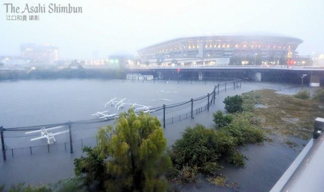 Siêu bão Hagibis vừa gây ra rung lắc cấp độ 4 khiến dân Nhật lo sợ thảm họa kép kèm sóng thần, động đất, lực lượng cứu hộ hoạt động hết công suất - Ảnh 1.