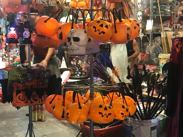 Đồ chơi ma quỷ tràn ngập phố trước ngày Halloween, người dân đổ xô đi mua sắm - Ảnh 3.