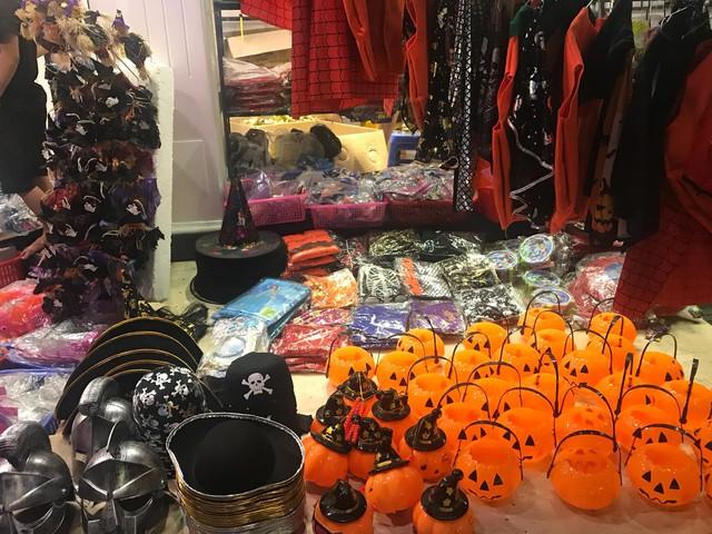 Đồ chơi ma quỷ tràn ngập phố trước ngày Halloween, người dân đổ xô đi mua sắm - Ảnh 1.