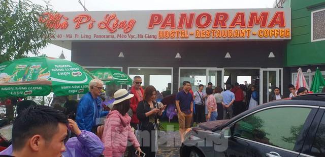 Du khách chen chân check in ở Panorama Mã Pì Lèng giữa ồn ào sai phạm - Ảnh 5.