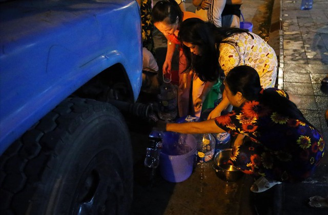 Dân Hà Nội xuyên đêm xếp hàng lấy nước sạch sau vụ nước sông Đà nhiễm dầu - Ảnh 11.