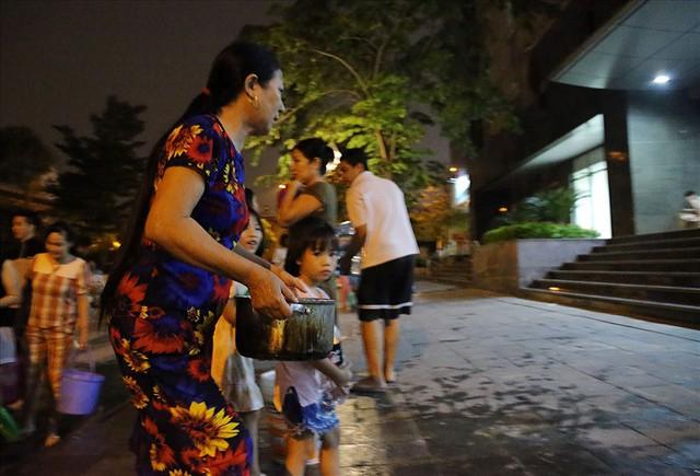 Dân Hà Nội xuyên đêm xếp hàng lấy nước sạch sau vụ nước sông Đà nhiễm dầu - Ảnh 12.