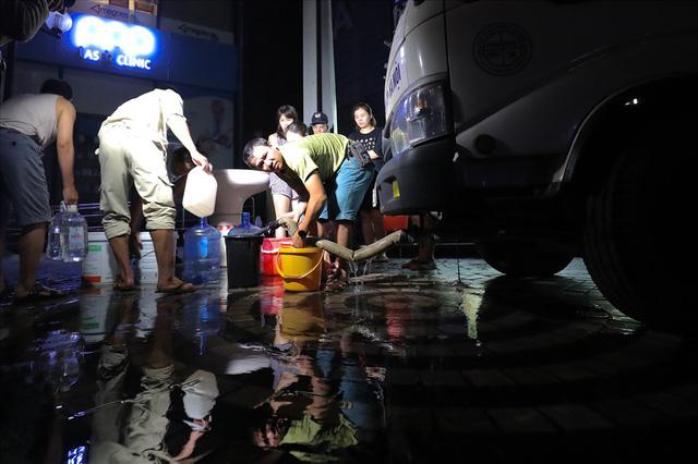 Dân Hà Nội xuyên đêm xếp hàng lấy nước sạch sau vụ nước sông Đà nhiễm dầu - Ảnh 3.