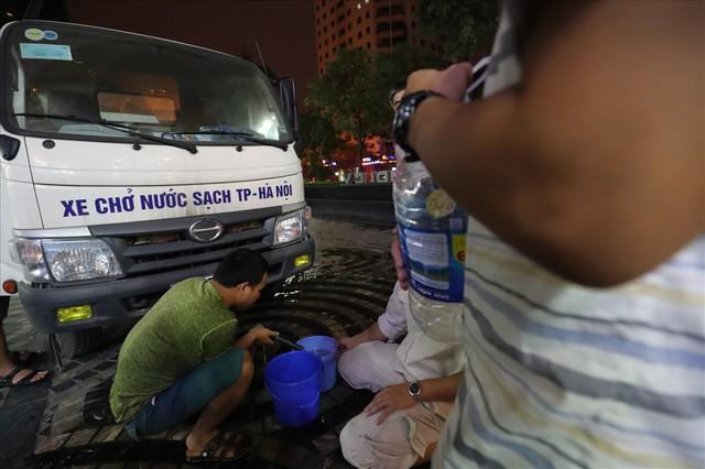 Dân Hà Nội xuyên đêm xếp hàng lấy nước sạch sau vụ nước sông Đà nhiễm dầu - Ảnh 6.