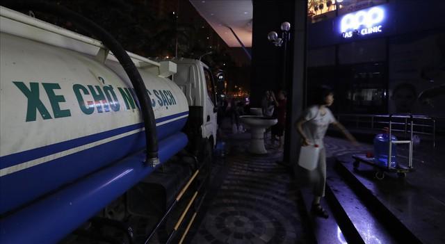 Dân Hà Nội xuyên đêm xếp hàng lấy nước sạch sau vụ nước sông Đà nhiễm dầu - Ảnh 7.
