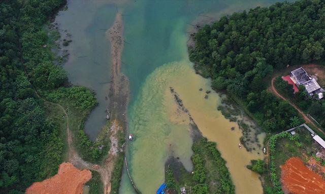 Hiện trường vụ đổ trộm dầu thải đầu nguồn nước sông Đà ra sao sau một tuần? - Ảnh 1.