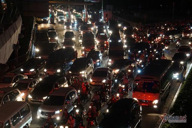 Cửa ngõ Tân Sơn Nhất tê liệt, ngàn ô tô dàn hàng kín đặc đường - Ảnh 2.