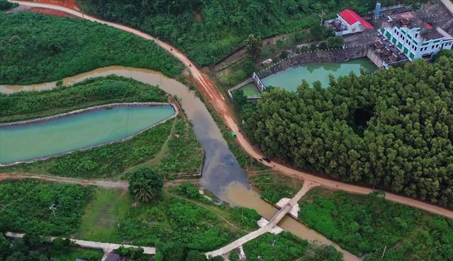 Hiện trường vụ đổ trộm dầu thải đầu nguồn nước sông Đà ra sao sau một tuần? - Ảnh 11.