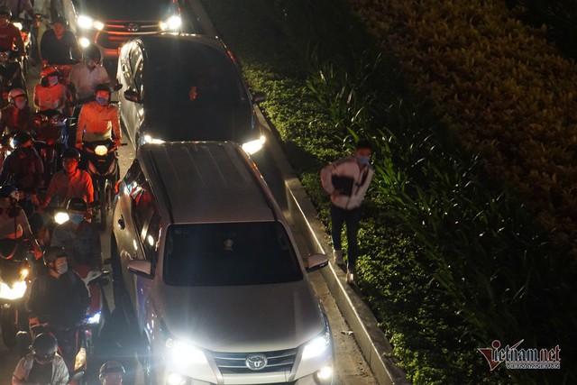 Cửa ngõ Tân Sơn Nhất tê liệt, ngàn ô tô dàn hàng kín đặc đường - Ảnh 12.