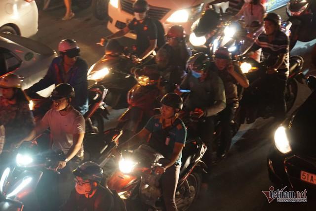 Cửa ngõ Tân Sơn Nhất tê liệt, ngàn ô tô dàn hàng kín đặc đường - Ảnh 15.