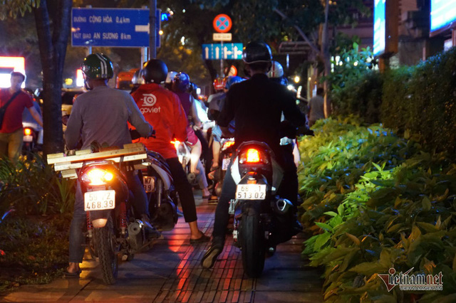 Cửa ngõ Tân Sơn Nhất tê liệt, ngàn ô tô dàn hàng kín đặc đường - Ảnh 16.