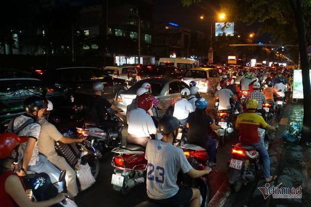 Cửa ngõ Tân Sơn Nhất tê liệt, ngàn ô tô dàn hàng kín đặc đường - Ảnh 18.