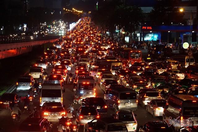 Cửa ngõ Tân Sơn Nhất tê liệt, ngàn ô tô dàn hàng kín đặc đường - Ảnh 4.