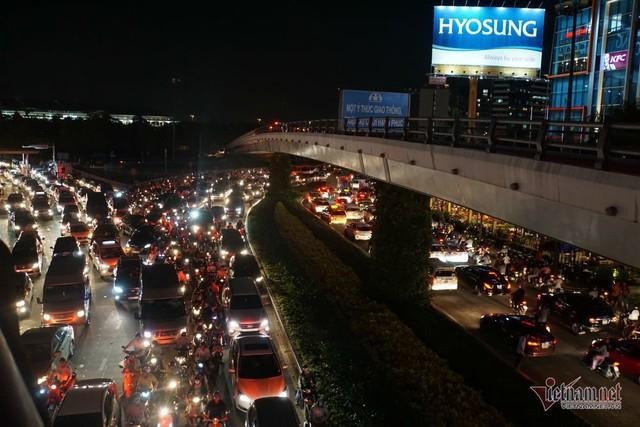 Cửa ngõ Tân Sơn Nhất tê liệt, ngàn ô tô dàn hàng kín đặc đường - Ảnh 7.