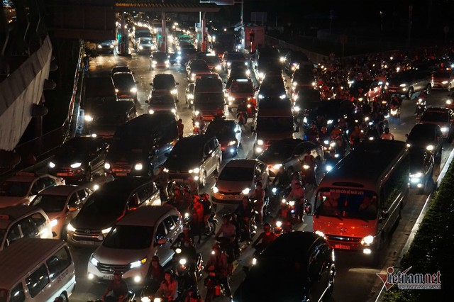 Cửa ngõ Tân Sơn Nhất tê liệt, ngàn ô tô dàn hàng kín đặc đường - Ảnh 9.