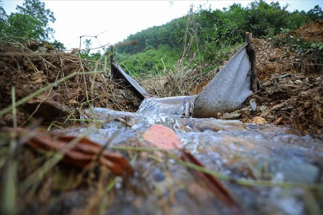 Hiện trường vụ đổ trộm dầu thải đầu nguồn nước sông Đà ra sao sau một tuần? - Ảnh 9.