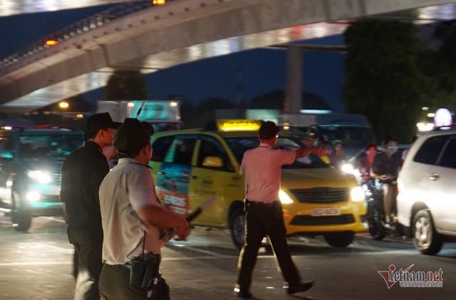 Cửa ngõ Tân Sơn Nhất tê liệt, ngàn ô tô dàn hàng kín đặc đường - Ảnh 10.