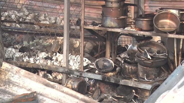 Toàn cảnh hiện trường tan hoang vụ cháy chợ Còng lúc rạng sáng, hàng trăm ki-ốt bị thiêu rụi - Ảnh 11.