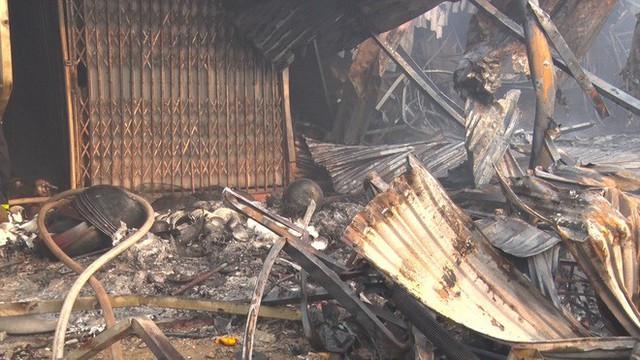 Toàn cảnh hiện trường tan hoang vụ cháy chợ Còng lúc rạng sáng, hàng trăm ki-ốt bị thiêu rụi - Ảnh 13.
