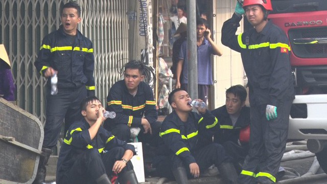 Toàn cảnh hiện trường tan hoang vụ cháy chợ Còng lúc rạng sáng, hàng trăm ki-ốt bị thiêu rụi - Ảnh 15.