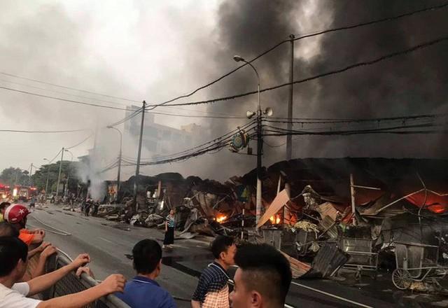 Toàn cảnh hiện trường tan hoang vụ cháy chợ Còng lúc rạng sáng, hàng trăm ki-ốt bị thiêu rụi - Ảnh 3.