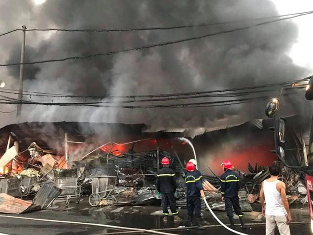 Toàn cảnh hiện trường tan hoang vụ cháy chợ Còng lúc rạng sáng, hàng trăm ki-ốt bị thiêu rụi - Ảnh 5.