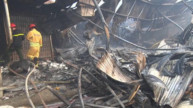 Toàn cảnh hiện trường tan hoang vụ cháy chợ Còng lúc rạng sáng, hàng trăm ki-ốt bị thiêu rụi - Ảnh 8.