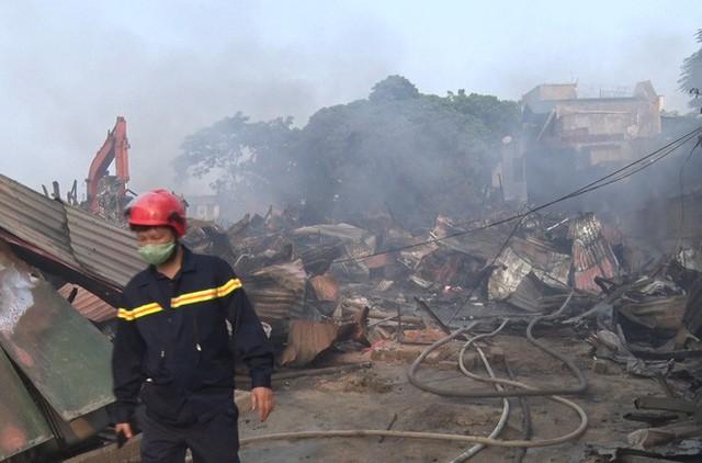 Toàn cảnh hiện trường tan hoang vụ cháy chợ Còng lúc rạng sáng, hàng trăm ki-ốt bị thiêu rụi - Ảnh 9.