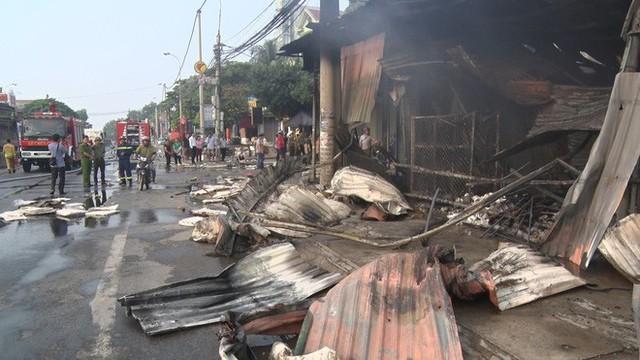 Toàn cảnh hiện trường tan hoang vụ cháy chợ Còng lúc rạng sáng, hàng trăm ki-ốt bị thiêu rụi - Ảnh 10.