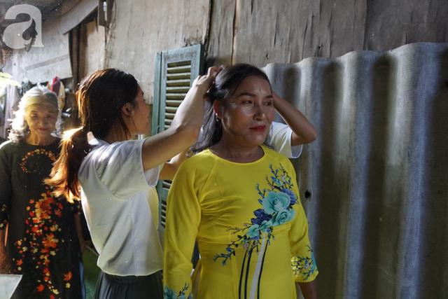 Nụ cười hạnh phúc của những người phụ nữ sống ở khu ổ chuột Hà Nội khi nhận món quà đặc biệt Ngày 20/10 - Ảnh 2.