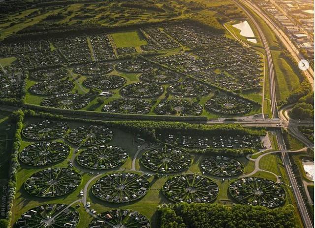 Độc đáo ngôi làng vòng tròn siêu thực ở Đan Mạch - Ảnh 1.