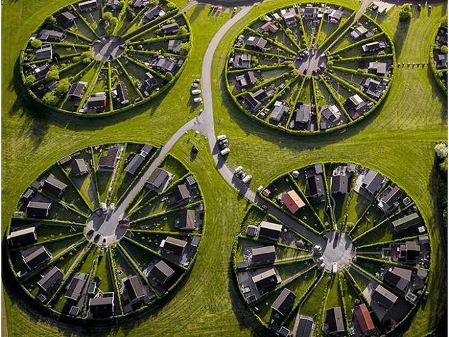 Độc đáo ngôi làng vòng tròn siêu thực ở Đan Mạch - Ảnh 2.