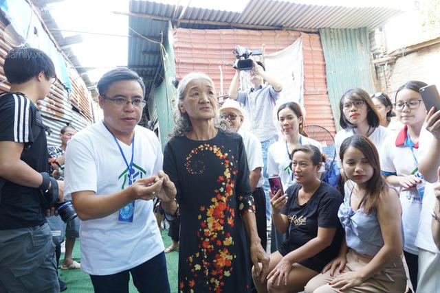 Nụ cười hạnh phúc của những người phụ nữ sống ở khu ổ chuột Hà Nội khi nhận món quà đặc biệt Ngày 20/10 - Ảnh 12.