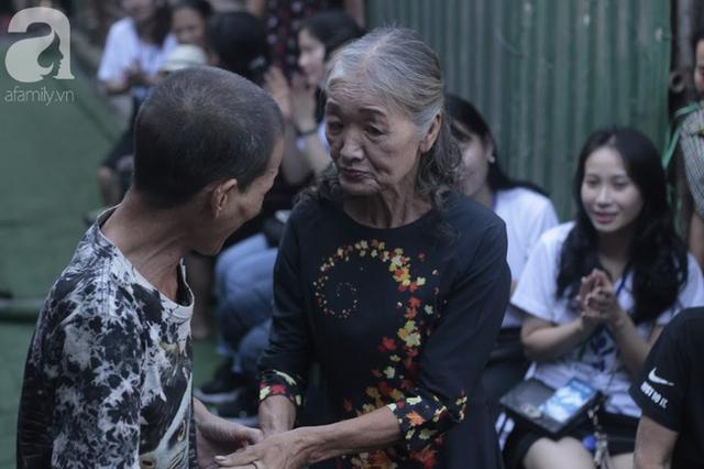 Nụ cười hạnh phúc của những người phụ nữ sống ở khu ổ chuột Hà Nội khi nhận món quà đặc biệt Ngày 20/10 - Ảnh 13.