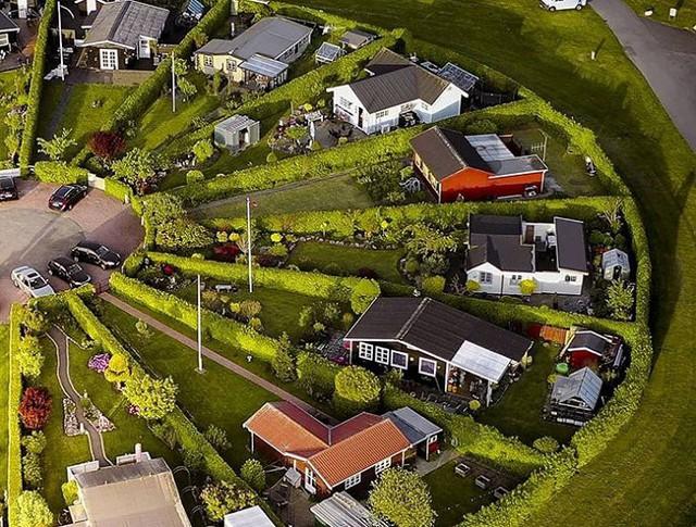 Độc đáo ngôi làng vòng tròn siêu thực ở Đan Mạch - Ảnh 3.